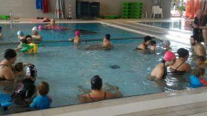 Lezione di approccio all'ambiente acquatico per bambini fino a 3 anni. Acquaticità