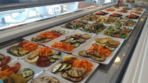 Una panoramica del bancone con le proposte per un pranzo sano e buono al Synbiofood Cafè