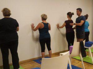 una lezione di yoga posturale con amos bizzi al Q-bo wellness