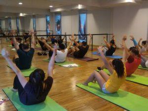 Una lezione di yoga con massimo azzurro al q-bo wellness