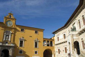 Immagine della Piazza del Popolo di Fermo con il Palazzo dei Priori e il Palazzo degli Studi