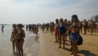 Curiosi affollano il bagnasciuga per seguire la gara
