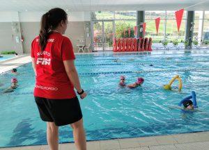 corso di nuoto per bambini con un'istruttrice certificata dalla FIN nella piscina del Q-bo Wellness